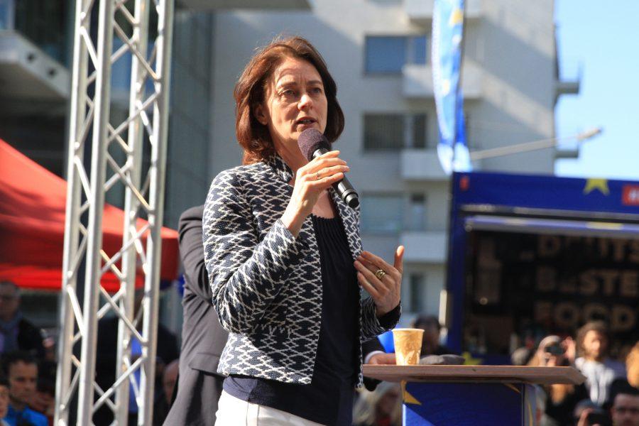 Hier ist ein Bild von Katarina Barley auf der Bühne.